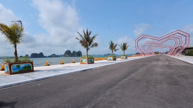 Đường ven vịnh Bái Tử Long